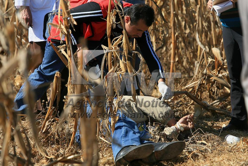 Metepec, Mex.- Un hombre de aproximadamente 50 años de edad fue encontrado esta mañana en una milpa de la colonia Ejidos Lázaro Cárdenas, con las manos atadas y vendado de los ojos el cual fue ejecutado de un disparo en la cabeza; peritos de la procuraduría analizan el lugar para recabar pistas. Agencia MVT / Mario Vazquez de la Torre. (DIGITAL)<br /> <br /> <br /> <br /> NO ARCHIVAR - NO ARCHIVE