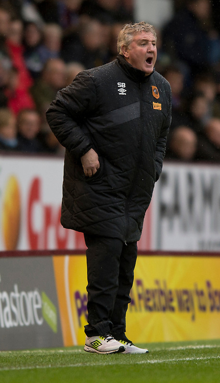 Hull City manager Steve Bruce instructs his players during the Sky Bet Championship match at Turf Moor, Burnley<br /> Picture by Russell Hart/Focus Images Ltd 07791 688 420<br /> 06/02/2016