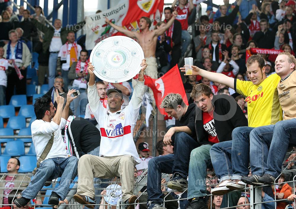 Fussball Bundesliga  33. Spieltag  VfL Bochum 2-3 VfB Stuttgart JUBEL; VfB Fans mit Schale