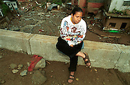 Habitantes sobrevivientes de los deslaves por  las fuertes lluvias durante la búsqueda de victimas y objetos personales en el barrio Blandin ubicado cerca de Caracas. Considerado el peor desastre natural ocurrido en Venezuela, dejo miles de muertos y miles de familias damnificadas que fueron desplazadas por la devastación de sus comunidades. Caracas, Diciembre 1999. (Ramón Lepage/orinoquiaphoto)   Survivors of Mudslides due to heavy rains during the search for victims and personal objects y Blandin Shanty town near Caracas. Considered the worst natural disaster which left thousands of people dead and thousands of families displaced due to the devastation of their communities Caracas, December 1999. (Ramón Lepage/orinoquiaphoto). .