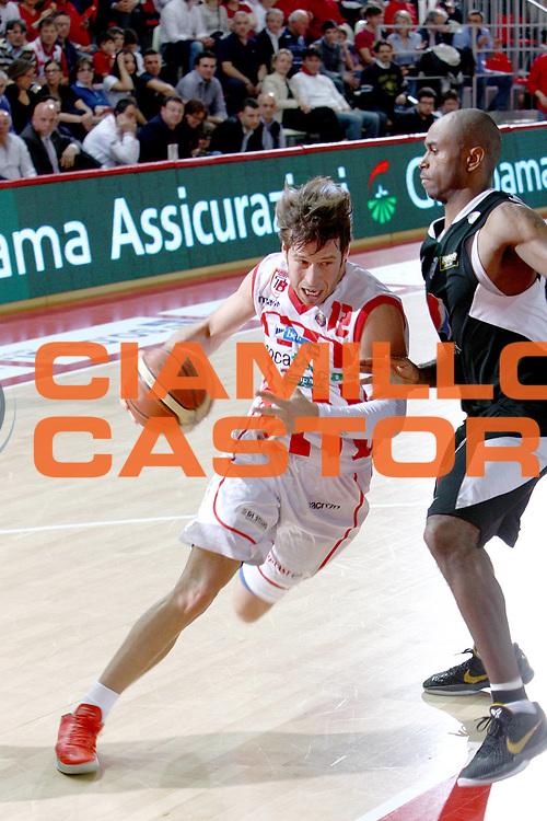 DESCRIZIONE : Teramo Lega A 2010-11 Banca Tercas Teramo Pepsi Caserta<br /> GIOCATORE : Robert Fultz<br /> SQUADRA : Banca Tercas Teramo<br /> EVENTO : Campionato Lega A 2010-2011<br /> GARA : Banca Tercas Teramo Pepsi Caserta<br /> DATA : 12/05/2011<br /> CATEGORIA : palleggio<br /> SPORT : Pallacanestro<br /> AUTORE : Agenzia Ciamillo-Castoria/M.Carrelli<br /> Galleria : Lega Basket A 2010-2011<br /> Fotonotizia : Teramo Lega A 2010-11 Banca Tercas Teramo Pepsi Caserta<br /> Predefinita :