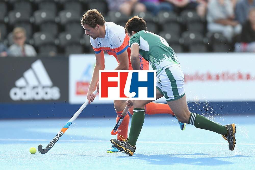 LONDON, ENGLAND - JUNE 15:  Bjorn Kellerman of the Netherlands takes the bal past Muhammad Rizwan Jr. of Pakistan during the Hero Hockey World League Semi Final match between Netherlands and Pakistan at Lee Valley Hockey and Tennis Centre on June 15, 2017 in London, England.  (Photo by Alex Morton/Getty Images)