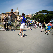 Turisti al Foro Romano.Tourists at the Roman Forum