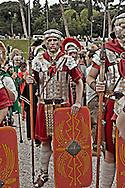 Roma 22 Aprile 2012.Corteo storico con costumi da legionari centurioni, gladiatori, vestali e senatori dell'Antica Roma per festeggiare la citta' di Roma  che compie  2765 anni. .People dressed as soldiers of the ancient Rome march in front of the Colosseum during a parade marking the 2765nd birthday anniversary of Rome.