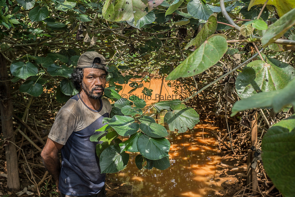 """José Antonio Siqueira, """" 43 years of life and fishing ."""" He lives in the last part of Entre Rios, accessible only by feet through a complicated track . """"I lived on fish and farm and He has now lost everything"""