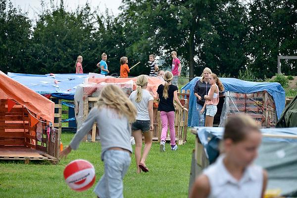 Nederland, Haalderen, 10-8-2014 In de grote vakantie, zomervakantie, wordt voor de kinderen een kinderdorp opgezet, ook wel bouwdorp genoemd, door de stichting KIVAC. Kinder vakantieactiviteiten.Foto: Flip Franssen/Hollandse Hoogte