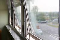Mannheim. 14.07.17 | Vorstellung des weiteren Vorgehens Feuerwache Nord<br /> Vorstellung des weiteren Vorgehens Feuerwache Nord<br /> Dass die &uuml;ber vierzig Jahre alte Feuerwache Nord baulich und funktional an ihre Grenzen angelangt und stark sanierungsbed&uuml;rftig ist, ist bekannt. Verschiedene Gutachten belegen dies. Die Mitarbeiter vor Ort sind seit 2015 provisorisch in Containern untergebracht. Eine Ausschreibung zur Generalsanierung und Erweiterung aus dem letzten Jahr musste aufgehoben werden, da kein passendes Angebot eingegangen war.<br /> Wie es nun mit der Feuerwache Nord weitergehen soll, erl&auml;utern Oberb&uuml;rgermeister Dr. Peter Kurz und Erster B&uuml;rgermeister und Feuerwehrdezernent Christian Specht gemeinsam mit Vertretern der Feuerwehr<br /> <br /> <br /> BILD- ID 0031 |<br /> Bild: Markus Prosswitz 14JUL17 / masterpress (Bild ist honorarpflichtig - No Model Release!)