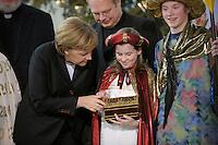 04 JUN 2008, BERLIN/GERMANY:<br /> Angela Merkel, CDU, Bundeskanzlerin, schaut einem der Heiligen drei Koenige in die Goldtruhe, waehrend dem Empfang der Sternsinger im Bundeskanzleramt<br /> IMAGE: 20080104-01-011<br /> KEYWORDS: Heilige drei Koenige, Heilige drei K&ouml;nige, Kanzleramt