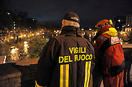 Roma 12 Dicembre 2008.Il fiume Tevere in piena per le piogge,l'intervento dei Vigili del Fuoco a Ponte Cavour.Rome 8 December 2008.The river Tiber in flood  for the rains, the intervention of firefighters