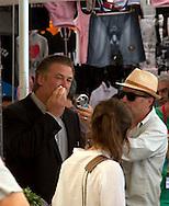 Roma 28 Luglio 2011.Il set del  film The Bob Decameron di Woody Allen, al mercato di Campo de Fiori.Alec Baldwin, attore sul set del film di Woody Allen  durante una pausa viene rinfrescato con un ventilatore