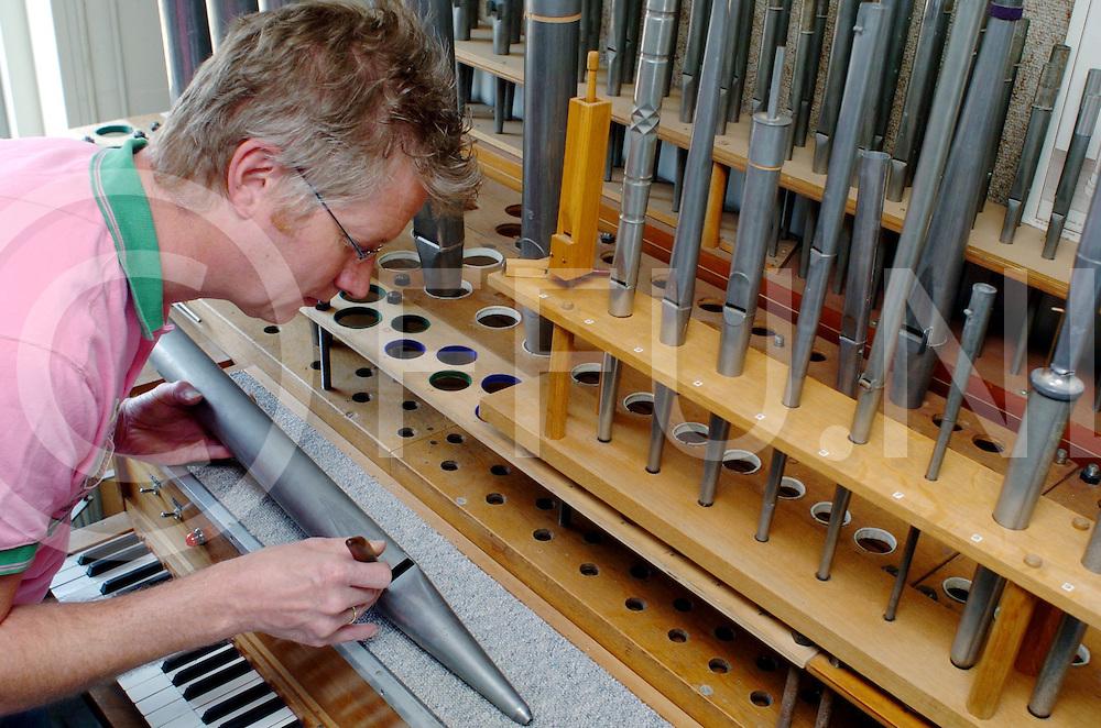 060511, kampen, ned,<br /> Menno kaat van het gelijknamige orgelmakerij bedrijf ivm regels omtrent het maken van orgelpijpen,<br /> fotografie frank uijlenbroek&copy;2006 michiel van de velde