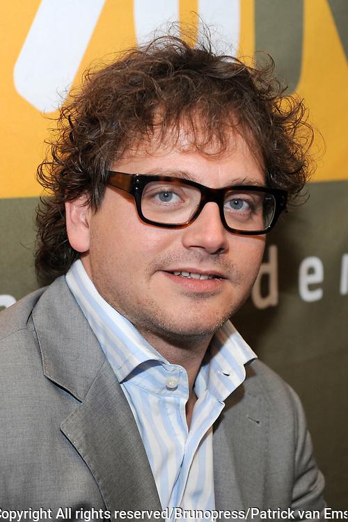 100 procent NL Awards 2010 in de studio van 100procent NL.<br /> <br /> Op de foto:<br /> <br />  Guus Meeuwis met de 100% award Album van het jaar