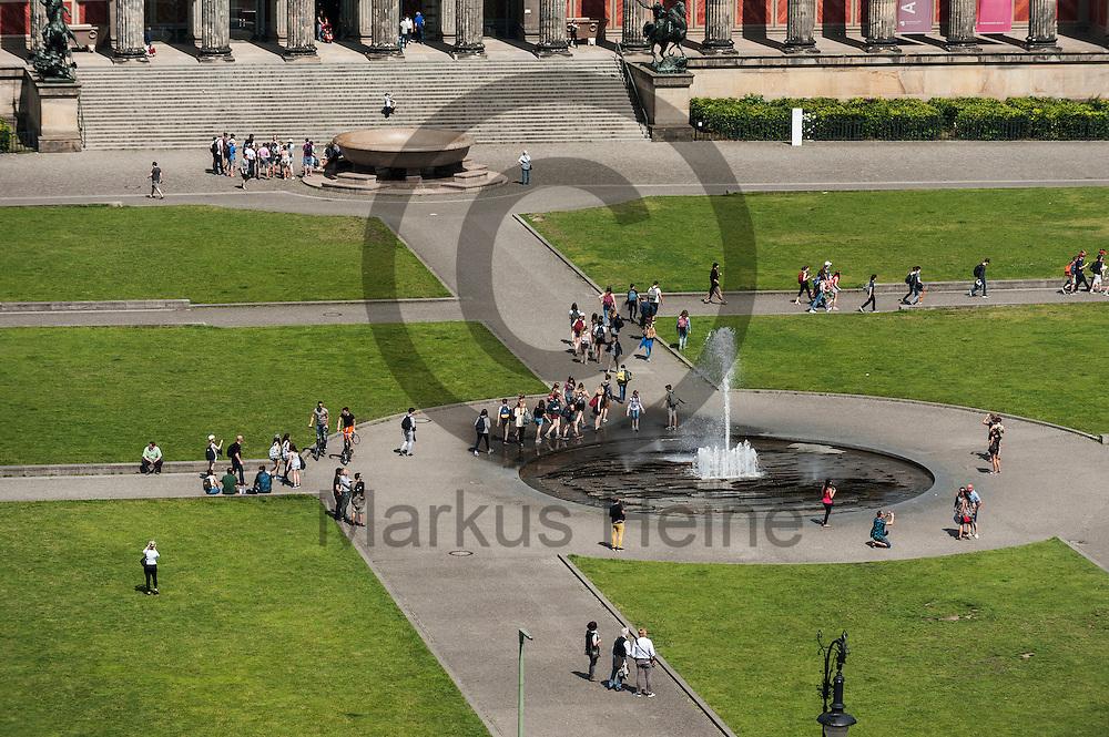 Touristen laufen von dem Dach des Humboldt Forum am 03.06.2016 in Berlin, Deutschland zu sehen durch den Lustgarten. Zu den diesj&auml;hrigen Tagen der offenen Baustelle am 11. und 12. Juni &ouml;ffnet die Stiftung Humboldt Forum im Berliner Schloss unter anderem die Dachterrasse f&uuml;r das Publikum. Foto: Markus Heine / heineimaging<br /> <br /> ------------------------------<br /> <br /> Ver&ouml;ffentlichung nur mit Fotografennennung, sowie gegen Honorar und Belegexemplar.<br /> <br /> Bankverbindung:<br /> IBAN: DE65660908000004437497<br /> BIC CODE: GENODE61BBB<br /> Badische Beamten Bank Karlsruhe<br /> <br /> USt-IdNr: DE291853306<br /> <br /> Please note:<br /> All rights reserved! Don't publish without copyright!<br /> <br /> Stand: 06.2016<br /> <br /> ------------------------------auf der Baustelle des Humboldt Forum am 03.06.2016 in Berlin, Deutschland. Zu den diesj&auml;hrigen Tagen der offenen Baustelle am 11. und 12. Juni &ouml;ffnet die Stiftung Humboldt Forum im Berliner Schloss unter anderem die Dachterrasse f&uuml;r das Publikum. Foto: Markus Heine / heineimaging<br /> <br /> ------------------------------<br /> <br /> Ver&ouml;ffentlichung nur mit Fotografennennung, sowie gegen Honorar und Belegexemplar.<br /> <br /> Bankverbindung:<br /> IBAN: DE65660908000004437497<br /> BIC CODE: GENODE61BBB<br /> Badische Beamten Bank Karlsruhe<br /> <br /> USt-IdNr: DE291853306<br /> <br /> Please note:<br /> All rights reserved! Don't publish without copyright!<br /> <br /> Stand: 06.2016<br /> <br /> ------------------------------