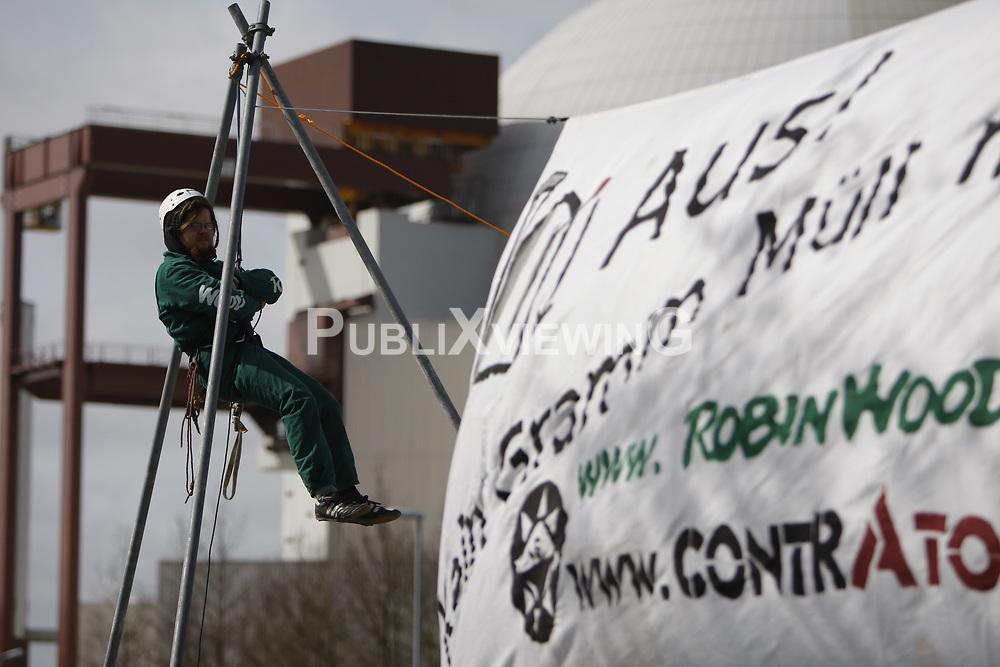 Aktivisten der Umweltschutzorganisationen Robin Wood und ContrAtom besetzen das Atomkraftwerk Brunsb&uuml;ttel an der Elbe. Sie protestieren damit gegen die Energiepolitik der schwarz-gelben Bundesregierung. <br /> <br /> Ort: Brunsb&uuml;ttel<br /> Copyright: Andreas Conradt<br /> Quelle: PubliXvewinG