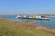 Nederland, Waal, 5-3-2013Verkeer van binnenvaartschepen op de waal, rijn, richting het duitse ruhrgebied. Een containerschip.Foto: Flip Franssen/Hollandse Hoogte