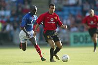 Fotball, 30. juli 2002, treningskamp Manchester United - Vålerenga 2-1. Pa-Modou Kah, Vålerenga, og Ryan Giggs, Manchester United.