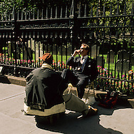 New York.  shoe cleaner cleaning. business man in front of Trinity  church and cemetery lower  Manhattan  New York  Usa /   cireur de chaussure et business man devant Trinity  church et cimetière.  downtown  Manhattan  New York  USa