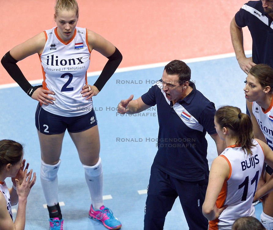04-01-2016 TUR: European Olympic Qualification Tournament Nederland - Duitsland, Ankara <br /> De Nederlandse volleybalvrouwen hebben de eerste wedstrijd van het olympisch kwalificatietoernooi in Ankara niet kunnen winnen. Duitsland was met 3-2 te sterk (28-26, 22-25, 22-25, 25-20, 11-15) / Een boze Coach Giovanni Guidetti in de vierde set op Lonneke Sloetjes #10