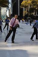 New York. Bryant park ice skating ring and garden, / Bryant park, piste de patinage, patinoire , et jardin public  New York - Etats-unis