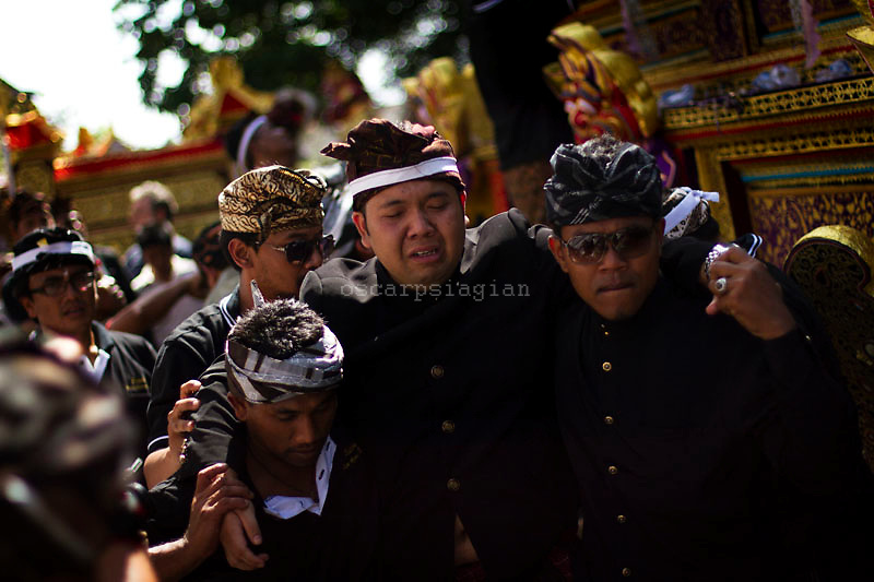 the grandson of the queen got trance and crying while Pelebon ceremony of Anak Agung Niang Rai of Puri Agung Ubud, The wife of King Of Ubud. Pelebon Ceremony or  Ngaben ceremony is a ceremony to purify and return the  five element of the universe that form the life itself in human body to the universe
