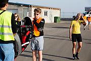 De VeloX 7 wordt naar de start gebracht, rechts rijder Iris Slappendel. In Battle Mountain, Nevada, oefent het team op een weggetje. Het Human Power Team Delft en Amsterdam, dat bestaat uit studenten van de TU Delft en de VU Amsterdam, is in Amerika om tijdens de World Human Powered Speed Challenge in Nevada een poging te doen het wereldrecord snelfietsen voor vrouwen te verbreken met de VeloX 7, een gestroomlijnde ligfiets. Het record is met 121,44 km/h sinds 2009 in handen van de Francaise Barbara Buatois. De Canadees Todd Reichert is de snelste man met 144,17 km/h sinds 2016.<br /> <br /> With the VeloX 7, a special recumbent bike, the Human Power Team Delft and Amsterdam, consisting of students of the TU Delft and the VU Amsterdam, wants to set a new woman's world record cycling in September at the World Human Powered Speed Challenge in Nevada. The current speed record is 121,44 km/h, set in 2009 by Barbara Buatois. The fastest man is Todd Reichert with 144,17 km/h.