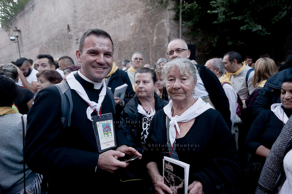 "Roma 24 Ottobre 2015<br /> La Via crucis del «popolo dei gitani»: in 5000 da tutto il mondo al Colosseo per ricordare l'incontro che papa Paolo VI  fece cinquant'anni fa, durante il Concilio. Il Consiglio pontificio per la pastorale dei migranti, in collaborazione con la Comunità di Sant'Egidio, la Diocesi di Roma e la Fondazione  Migrantes, ha organizzato il pellegrinaggio del «popolo dei gitani». <br /> Rome 24 October 2015<br /> The Via Crucis of the ""people of the Gypsies"": in 5000 from all around the world at the Coliseum to remind the meeting that Pope Paul VI did fifty years ago, during the Council. The Pontifical Council for the Pastoral Care of Migrants, in partnership with the Community of Sant'Egidio, the Diocese of Rome and the Migrantes Foundation, organized the pilgrimage of the ""people of the Gypsies."""