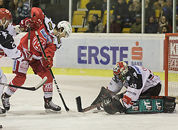 09.12.2016, Stadthalle, Klagenfurt, AUT, EBEL, EC KAC vs HC TWK Innsbruck, 28. Runde Grunddurchgang, im Bild Manuel Ganahl (EC KAC, #17), Andy Chiodo (HC TWK Innsbruck, #30) // during the Erste Bank Eishockey League 28th match at preliminary round betweeen KAC vs HC TWK Innsbruck at the City Hall in Klagenfurt, Austria on 2016/12/09. EXPA Pictures © 2016, PhotoCredit: EXPA/ Gert Steinthaler