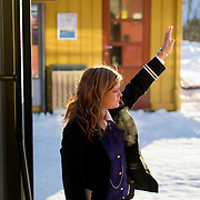 Noorwegen Gol 31 december 2008 20081231 Foto: David Rozing .Conducteur trein geeft signaal van vertrek. Traintraject Oslo Bergen .Conducter signs train is taking off...Foto: David Rozing