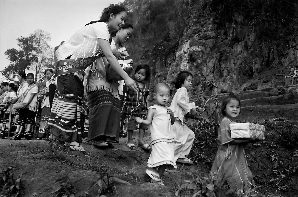 Karen refugee children receiving Xmas presents donated by the son of the evangelist, Billy Graham, at Mae La refugee camp, Thailand.  <br /> <br /> The camp has a population of approximately 45,000.<br /> <br /> Thai/Burma border 2004.