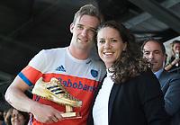 AMSTELVEEN -  Mirco Pruyser (Ned) werd uitgeroepen tot topscorer van het toernooi en onvangt de prijs uit handen van Belinda Bos namens Adidas na  de finale Belgie-Nederland (2-4) bij de Rabo EuroHockey Championships 2017.   COPYRIGHT KOEN SUYK