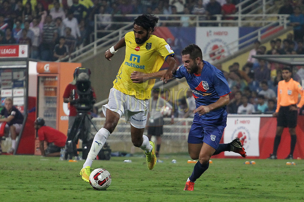 Sandesh Jhingan of Kerala Blasters FC attacks during match 19 of the Hero Indian Super League between Mumbai City FC and Kerala Blasters FC City held at the D.Y. Patil Stadium, Navi Mumbai, India on the 2nd November.<br /> <br /> Photo by:  Ron Gaunt/ ISL/ SPORTZPICS