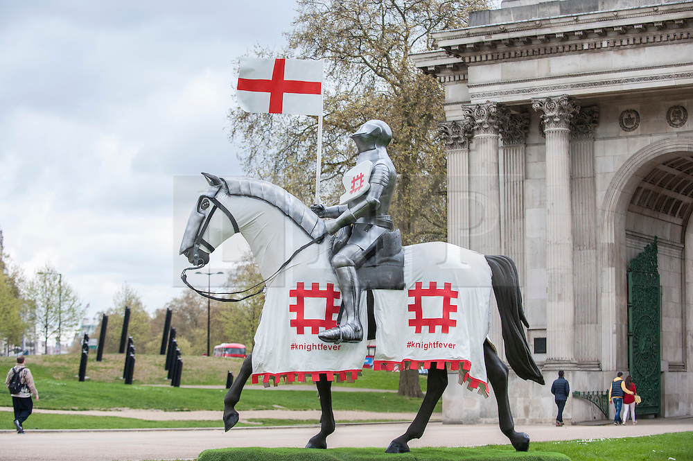 © Licensed to London News Pictures. 22/04/2015. Wellington Arch, London. English Heritage unveil a 15ft St George at Wellington Arch in honour of the Patron Saint ahead of England's largest St George's Day celebration at Wrest Park as well as the launch of a nationwide tour which will see the knight open jousting tournaments at castles across England. Photo credit : Stephen Chung/LNP