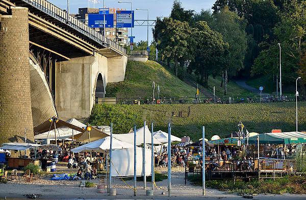 Nederland, Nijmegen, 11-9-2014 Recreatie, ontspanning, cultuur, dans, theater en muziek in de binnenstad tijdens het zomerfestival de Kaaij.. Het alternatieve en relaxte terrein onder de Waalbrug van festival de Kaaij waar eten en drinken, verschillende soorten live muziek en zitten bij het water van de rivier de Waal de leukste dingen zijn. Foto: Flip Franssen/Hollandse Hoogte