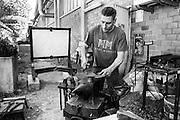 Damiano, fabbro presso la Rimaflow, ha realizzato la struttura, il binario spezzato e la rosa, per la nuova lapide per Giuseppe Pinelli