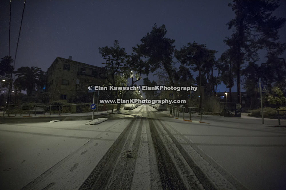 Snow and rain fall in the Beit HaKerem neighborhood on January 7, 2015 in Jerusalem, Israel. (Photo by Elan Kawesch)