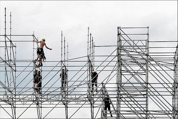 Nederland, Nijmegen, 27-8-2015Steigerbouwers werken aan de opbouw van het podium voor het nineties festival, dat komend weekend plaatsvindt op de Goffert.Foto: Flip Franssen/Hollandse Hoogte