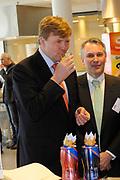 Prins Willem-Alexander tijdens de opening van het Europese Heinz Innovatie Centrum in Nijmegen. In dit onderzoekscentrum werken produktontwikkelaars en voedingswetenschappers aan de nieuwste ontwikkelingen op het gebied van voeding en verpakkingen voor de Europese markt. <br /> <br /> Prince Willem-Alexander during the opening of the European Heinz Innovation Centre in Nijmegen. In this research work product developers and nutrition scientists at the latest developments in the field of nutrition and packaging for the European market.<br /> <br /> Op de foto / On the photo:  Prins Willem Alexander krijgt een rondleiding door de keuken // Prince Willem Alexander gets a tour of the kitchen