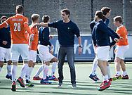UTRECHT - Warming up olv fysio Rens Teeuwen   voor   de hockey hoofdklasse competitiewedstrijd heren:  Kampong-Bloemendaal (3-3).    COPYRIGHT KOEN SUYK