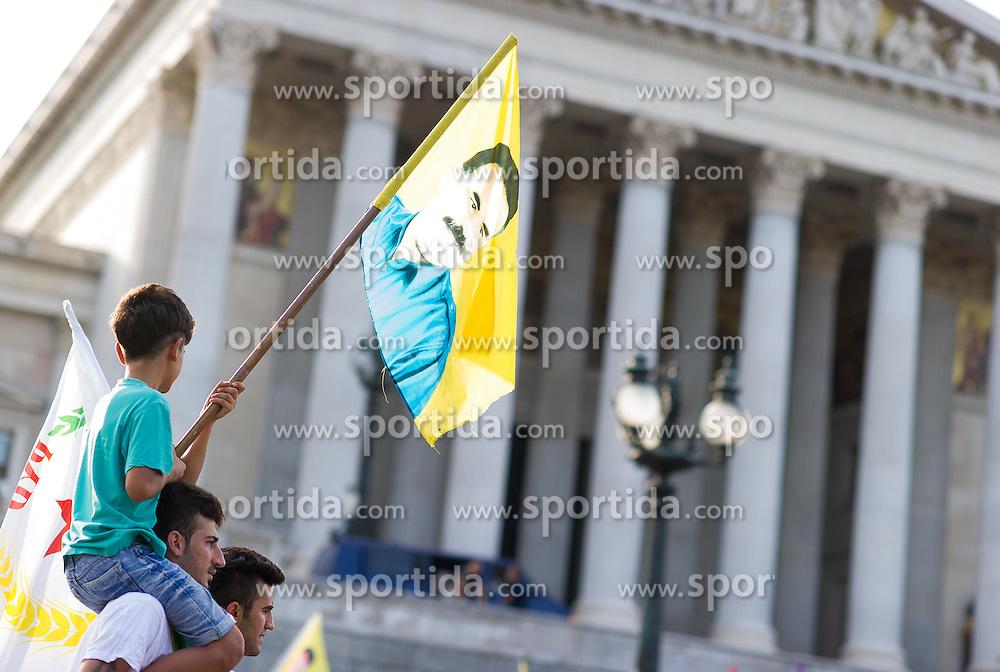 """20.08.2016, Wien, AUT, Demonstration kurdischer Vereine """"gegen Menschenrechtsverletzungen in der Türkei und die Isolation von Abdullah Öcalan"""". im Bild Demonstranten mit Öcalan Flaggen vor dem Parlament // Demonstraotor with Oecalan Flag in front of the austrian parliament during demonstration of kurdish clubs against human rights violations in turkey in Vienna, Austria on 2016/08/20. EXPA Pictures © 2016, PhotoCredit: EXPA/ Michael Gruber"""