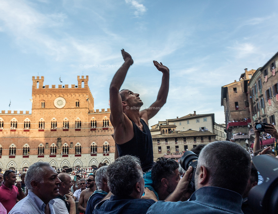 Italy, Siena, the Palio: Carlo Sanna called Brigante is the wnner jockey of the Onda Contrada; he will be acarried throw the streets to the Duomo to sing the Deum in Thanksgiving