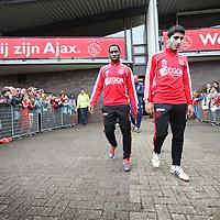 Nederland, Amsterdam , 1 mei 2012..Donderdagmiddag vanaf 17.00 uur mogen aanhangers van Ajax eindelijk nabij de Amsterdam Arena het landskampioenschap vieren. Al enkele weken was het onoverkomelijk dat Ajax de titel zou grijpen, maar sinds woensdag, na de 2-0 zege op VVV, is de titel ook officieel binnen..Op de foto de spelers van Ajax lopen omringd door fans het veld op voor laatste training voor wedstrijd tegen VVV  waarbij publiek mag komen kijken..Spelers .Aras Özbiliz en Vurnon Anita het veld op..Foto:Jean-Pierre Jans
