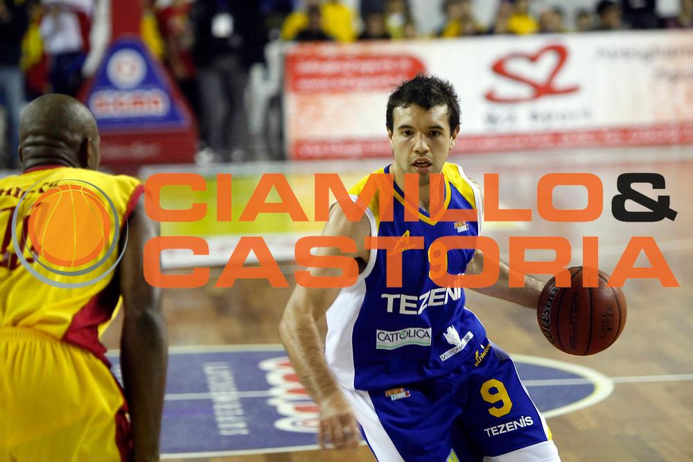 DESCRIZIONE : Barcellona Pozzo di Gotto Campionato Lega Basket A2 2010-11 Sigma Basket Barcellona Tezenis Verona<br /> GIOCATORE : Antonio Porta<br /> SQUADRA : Tezenis Verona<br /> EVENTO : Campionato Lega Basket A2 2010-2011<br /> GARA : Sigma Basket Barcellona Tezenis Verona<br /> DATA : 12/12/2010<br /> CATEGORIA : Palleggio Penetrazione Palleggio<br /> SPORT : Pallacanestro <br /> AUTORE : Agenzia Ciamillo-Castoria/G.Pappalardo<br /> Galleria : Lega Basket A2 2010-2011 <br /> Fotonotizia : Barcellona Pozzo di Gotto Campionato Lega Basket A2 2010-11 Sigma Basket Barcellona Tezenis Verona<br /> Predefinita :