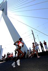 15-04-2007 ATLETIEK: FORTIS MARATHON: ROTTERDAM<br /> In Rotterdam werd zondag de 27e editie van de Marathon gehouden. De marathon werd rond de klok van 2 stilgelegd wegens de hitte en het grote aantal uitvallers / Helena Kiprop Loshanyang op de Erasmusbrug<br /> ©2007-WWW.FOTOHOOGENDOORN.NL
