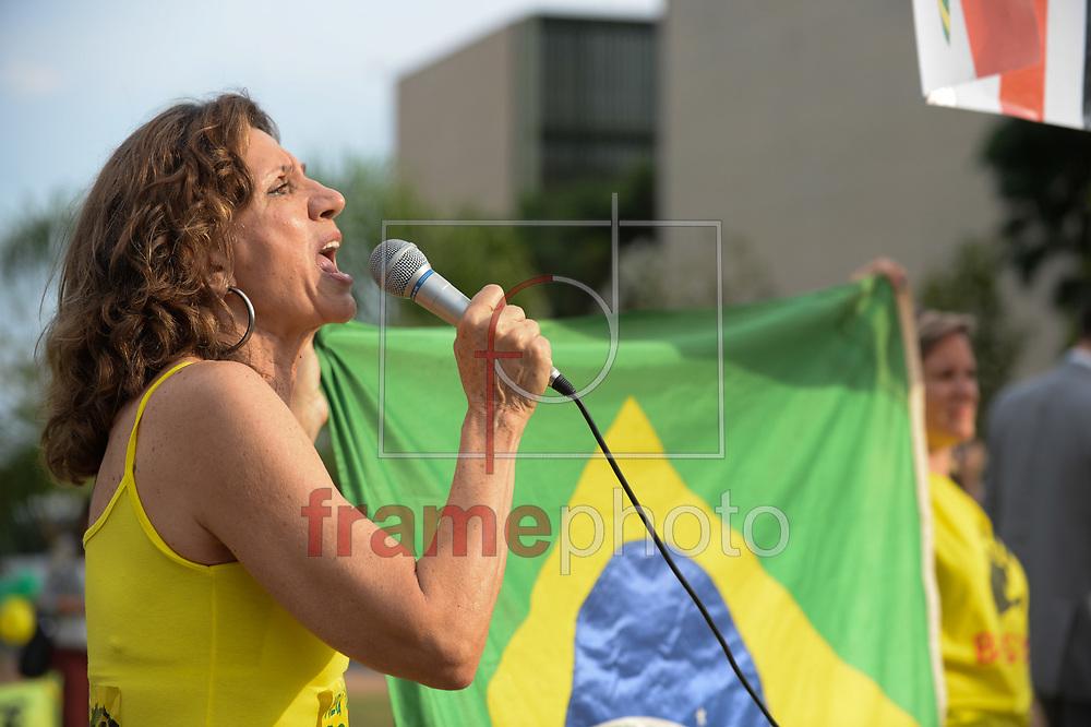Brasília (DF), 07/10/2015 - Manifestantes contra a presidente Dilma Rousseff em frente ao Tribunal de Contas da União. Na tarde desta quarta-feira (07) o TCU votou as contas do governo de 2014. Foto: Andressa Anholete/Frame