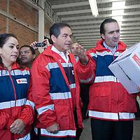 Toluca, Mex.- Daniel Goñi, presidente del consejo nacional de Directores de la Cruz Roja Mexicana y el delegado de la institución en el Estado de México, Luis Maccise Uribe, recibieron un donativo de ropa y despensas de la fundación de una cadena de tiendas departamentales, las cuales fueron repartidas en comunidades marginadas. Agencia MVT / Mario Vazquez de la Torre. (DIGITAL)<br /> <br /> NO ARCHIVAR - NO ARCHIVE