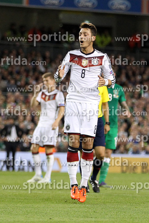 08.10.2015, Avia Stadium, Dublin, IRL, UEFA Euro Qualifikation, Irland vs Deutschland, Gruppe D, im Bild Mesut Oezil (Arsenal FC #8) enttaeuscht // during the UEFA EURO 2016 qualifier group D match between Ireland and Germany at the Avia Stadium in Dublin, Ireland on 2015/10/08. EXPA Pictures &copy; 2015, PhotoCredit: EXPA/ Eibner-Pressefoto/ Risto Bozovic<br /> <br /> *****ATTENTION - OUT of GER*****