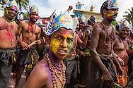 Hinduiska pilgrimer, p&aring; v&auml;g till det heliga templet i Sabarimala, dansar p&aring; gatorna i den indiska staden Erumely i Kerala. F&ouml;r att helt uppg&aring; i pilgrimsvandringen, ge upp sitt eget ego och f&ouml;r att hedra Lord Ayyappa, m&aring;lar pilgrimerna sina kroppar och b&auml;r vapen i tr&auml;. Traditionen kallas pettatullal. B&aring;de hinduer och muslimer anser att Erumely &auml;r en helig stad.  <br /> <br /> Sabarimala pilgrims are dancing on the streets of Erumely in the Kottayam district of Kerala, India. In order to give up their egos and to surrender to Lord Ayyappa, the Hindu pilgrims paint their bodies and carry weapons made of wood on the way to Sabarimala. Erumely is considered holy by both Hindus and Muslims.<br /> <br /> Copyright 2016 Christina Sj&ouml;gren, All Rights Reserved