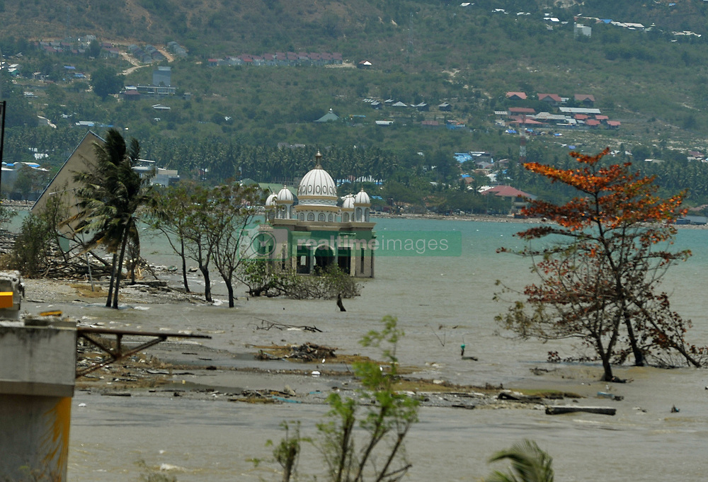 October 2, 2018 - Central Sulawesi, Palu, Indonesia - Palu residents stand near on the Palu mosque which collapsed in the recent earthquake and tsunami, near Talise Beach in Palu, Central Sulawesi, Indonesia. According to reports, at least 844 people have died as a result of a series of powerful earthquakes that hit central Sulawesi on 28 September 2018 that triggered a tsunami. Dasril Roszandi  (Credit Image: © Dasril Roszandi/NurPhoto/ZUMA Press)