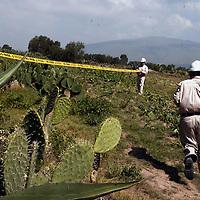 Otumba, Mex.- Tecnicos de Petroleos Mexicanos (PEMEX), trabajan en la reparación de los ductos que esta mañana presentaron una fuga de combustible por la fisura en un tubo de 18 pulgadas, esta situación generó la movilización de personal de Protección Civil y la evacuación de los habitantes ante la posibilidad de una explosión. Agencia MVT / Diego Flores. (DIGITAL)<br /> <br /> <br /> <br /> <br /> <br /> <br /> <br /> <br /> <br /> <br /> <br /> <br /> <br /> <br /> <br /> NO ARCHIVAR - NO ARCHIVE