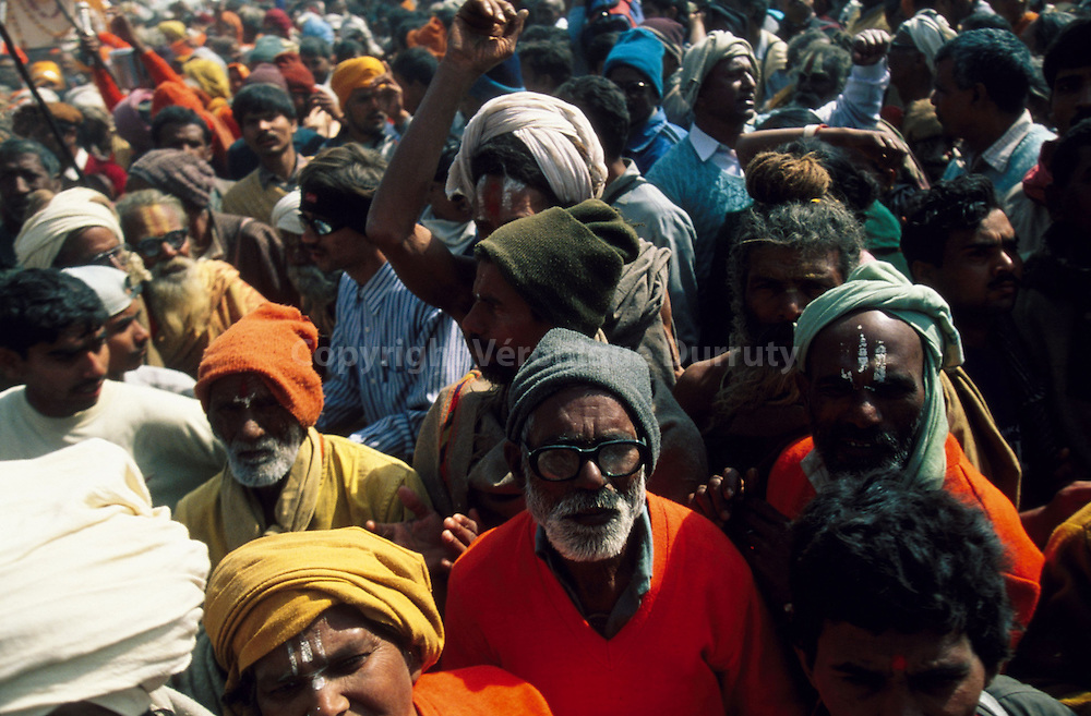 Hindu pilgrims trying to get into thid holy place to carry out their ablutions...pèlerins hindouistes cherchant à s'approcher du lieu sacré pour y effectuer leurs ablutions.